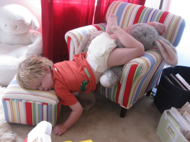20 photos show that children can sleep anywhere (1)