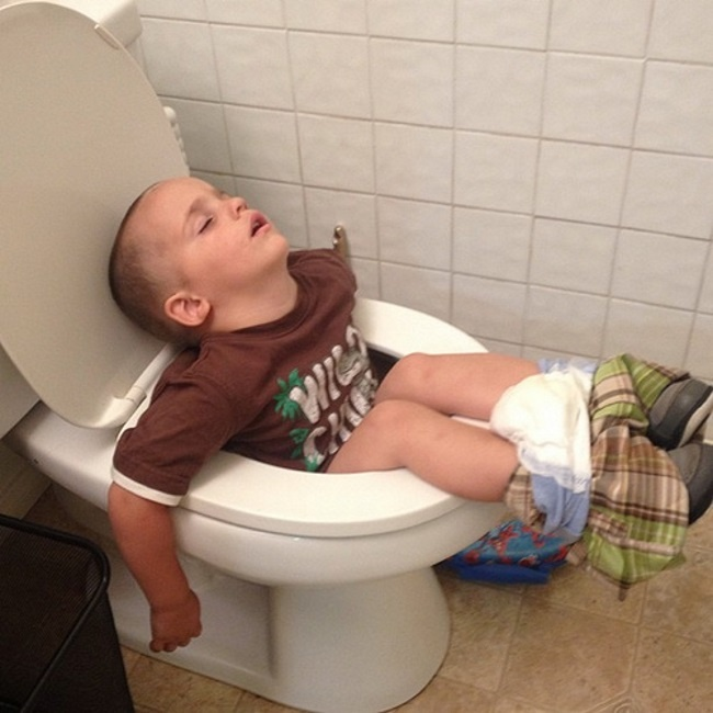 20 photos show that children can sleep anywhere (17)