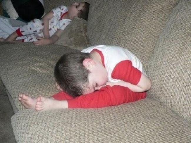 20 photos show that children can sleep anywhere (7)