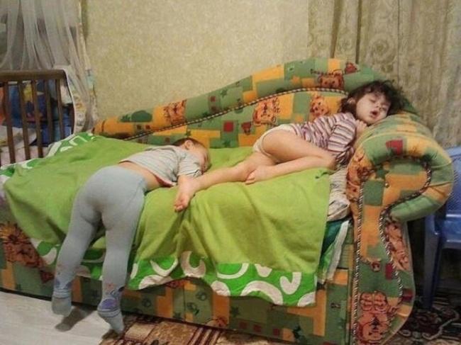 20 photos show that children can sleep anywhere (8)