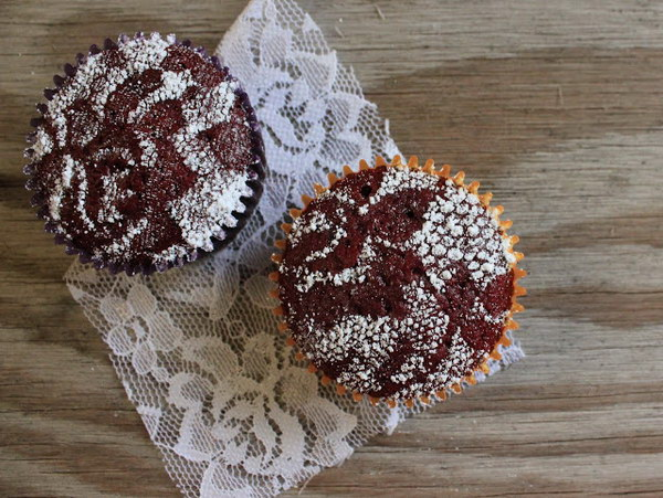 13 Lace Stenciled Cupcakes