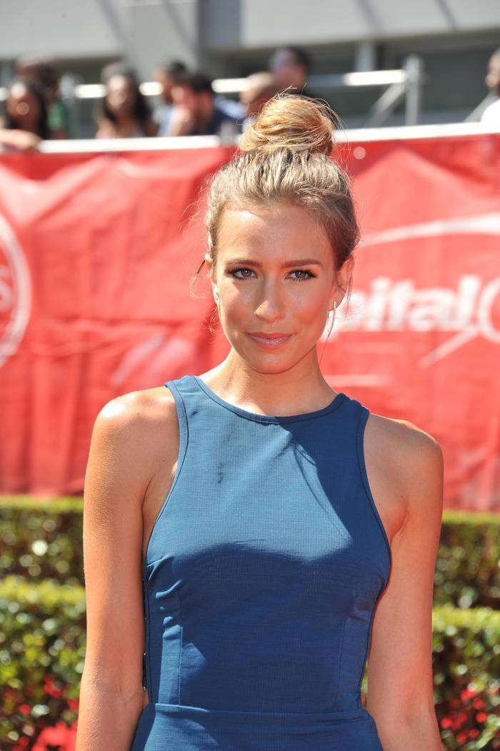 19 messy bun on the crown for stylish ladies