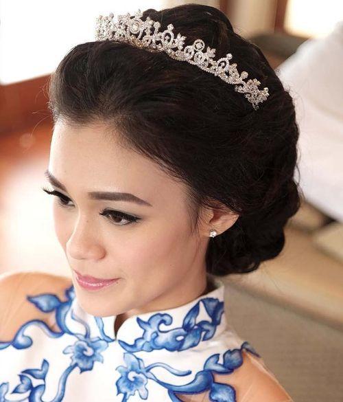 2 loose wedding updo with tiara