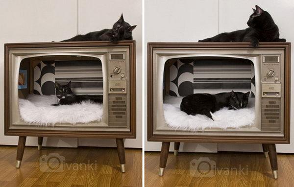 28 DIY Vintage TV Turned Stylish Cat Bed