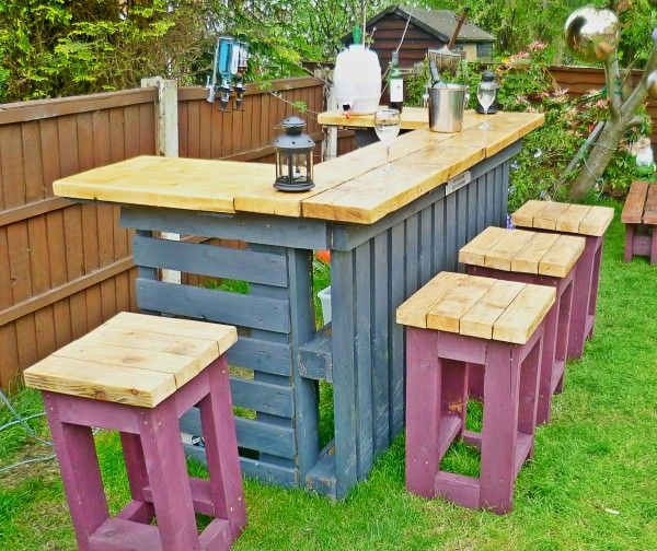 9 Pallet Outdoor Bar and Stools