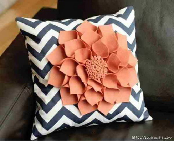 9 DIY Decorative Felt Flower Pillow