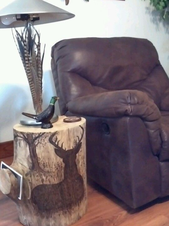 29 Pyrography deer stump table with a magazine holder