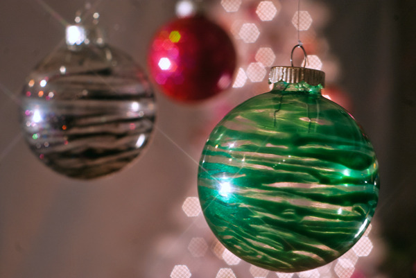 11 Creative Ideas for Decorating and Filling Clear Glass Ornaments