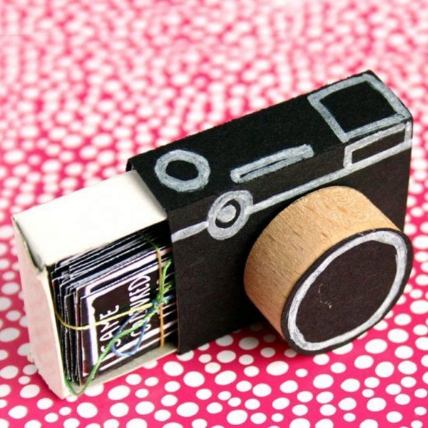 11 Use a match box to hold your pic